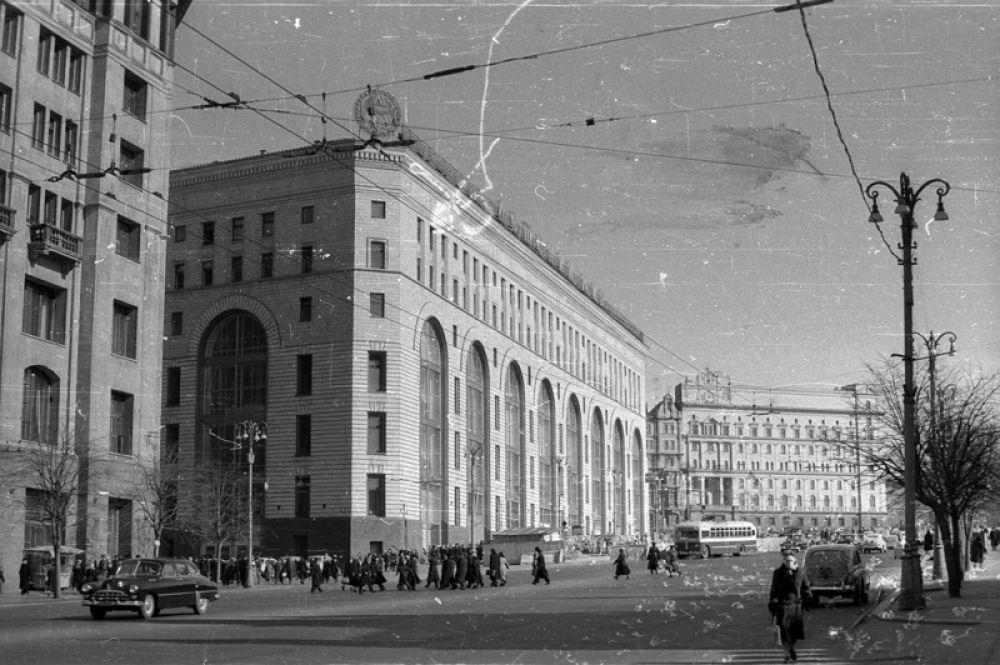 1961 год. Здание магазина «Детский мир» на Лубянской площади.