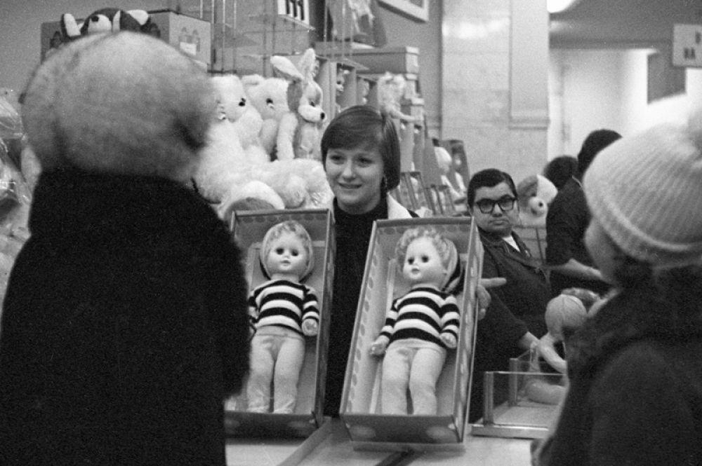 1979 год. Продавец торговой фирмы «Детский мир» предлагает покупательницам выбрать кукол.