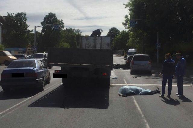 Во время движения между рядами авто в Калининграде погиб мотоциклист.