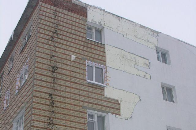 Неравнодушные жильцы неоднократно обращались в городское ЖКХ с требованием исправить повреждённую стену.