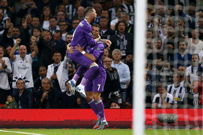 Игроки ФК «Реал Мадрид» Серхио Рамос и Криштиану Роналду (справа) радуются забитому мячу.