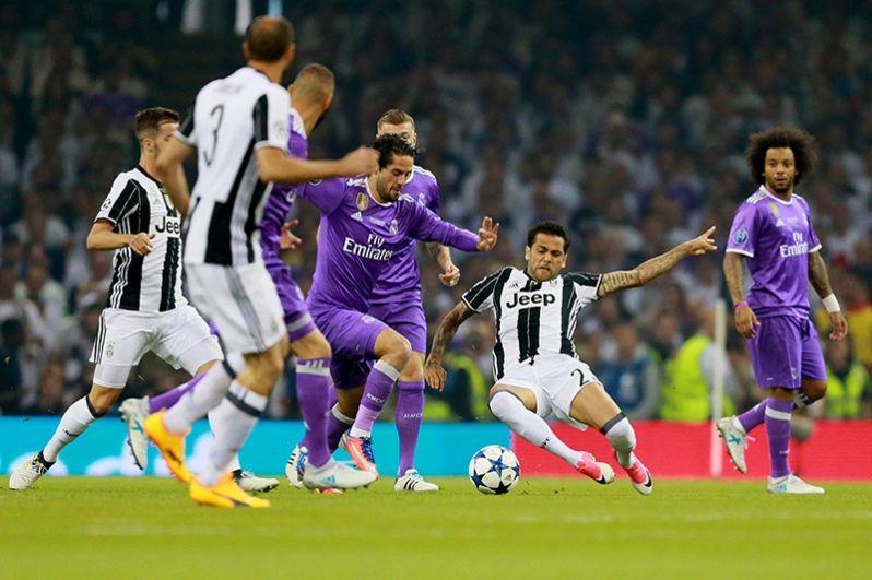 Игрок ФК «Реал Мадрид» Иско и игрок ФК «Ювентус» Дани Алвес (слева направо в центре).