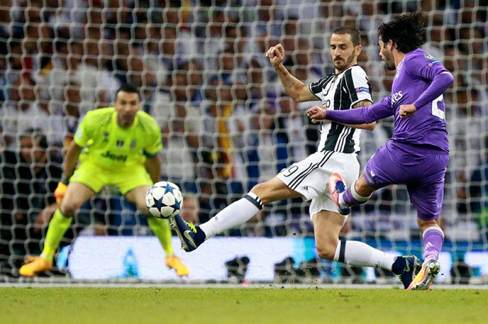 Игрок ФК «Ювентус» Леонардо Бонуччи и игрок ФК «Реал Мадрид» Иско (справа).