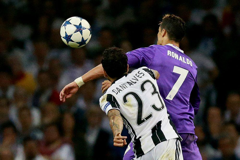 Игрок ФК «Реал Мадрид» Криштиану Роналду и игрок ФК «Ювентус» Дани Алвес.