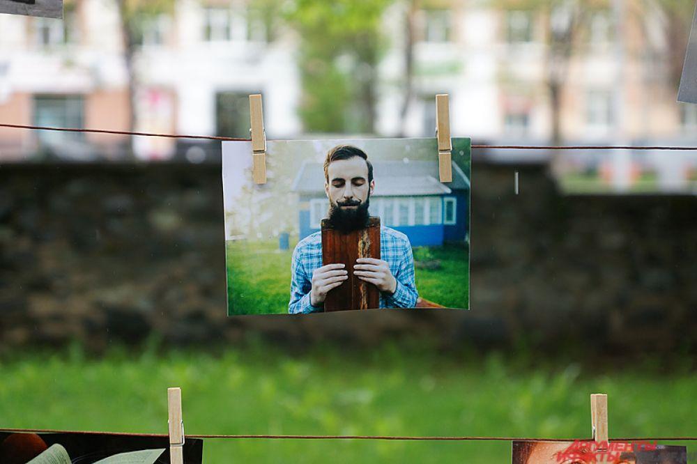 Под деревьями прошло выставка-фотосушка снимков бородатых пермяков.