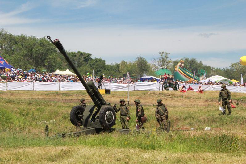 Каждый новый этап возвещал выстрел из армейской пушки.