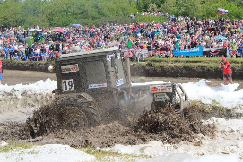 В финале, после преодоления водной преграды, у машины №19 Али Ахметова поломались стеклоочистители.