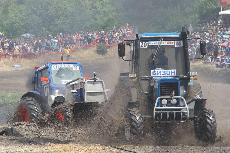 Идёт гонка тракторов.
