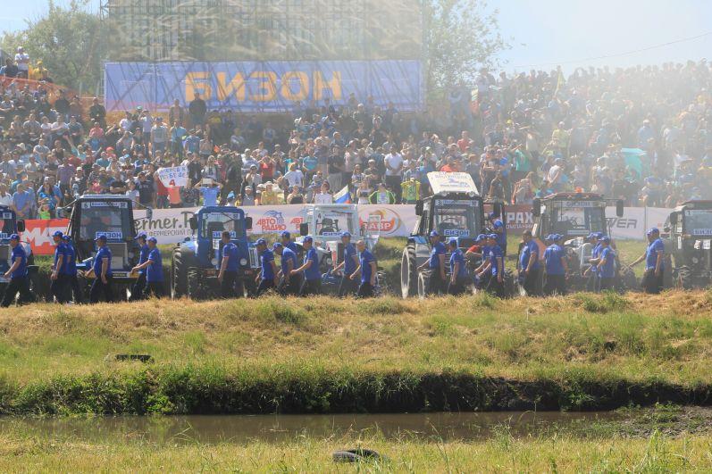 В гонках приняли участие 28 механизаторов.