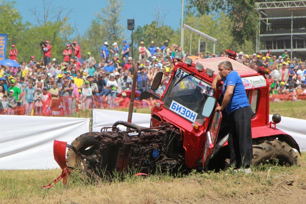 А этот трактор улетел в канаву, машина так и простояла до конца гонок.