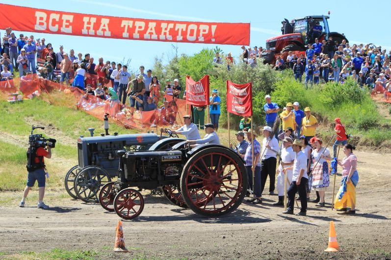 В паузах между заездами зрителей развлекали сценами из прошлого времени.