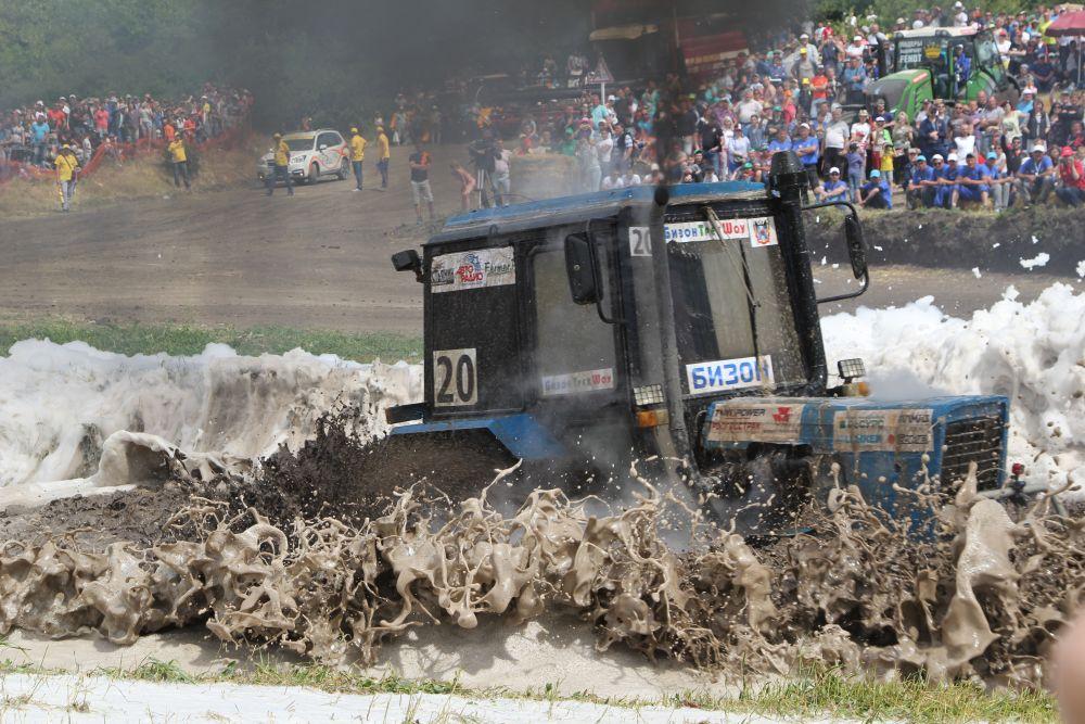 В финале для пущего эффекта водную ловушку разбавили пеной, которую применяют для тушения пожара. Машина под №20 – это чемпион  Юрий Архипцев.