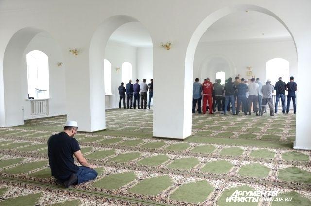 Верующие приходят в мечеть, чтобы совершить намаз, даже в рабочее время.