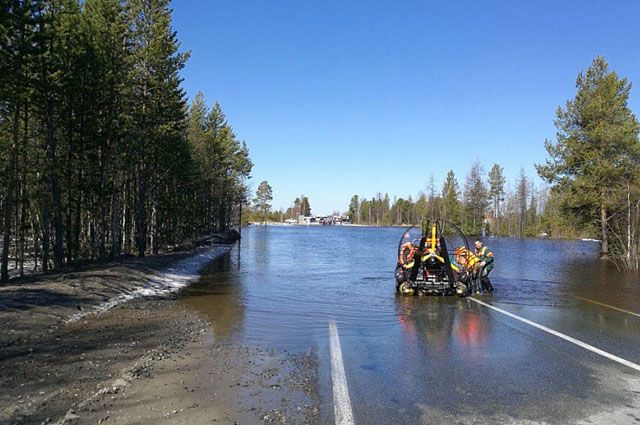 ВЯНАО вышедшая изберегов река затопила дорогу Надым— Новый Уренгой
