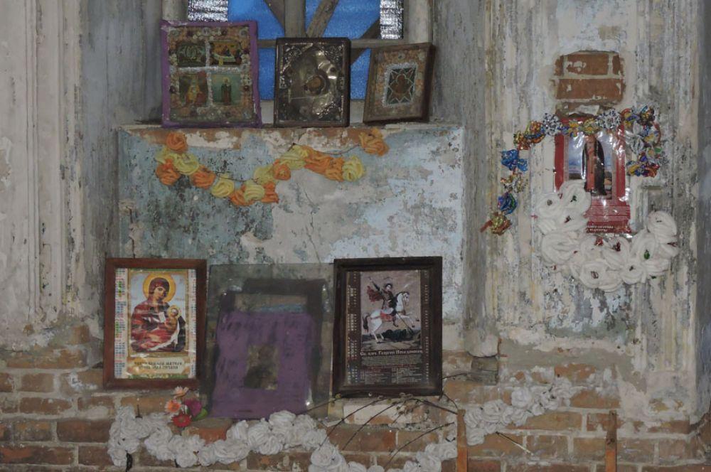 Иконы в заброшенной церкви.