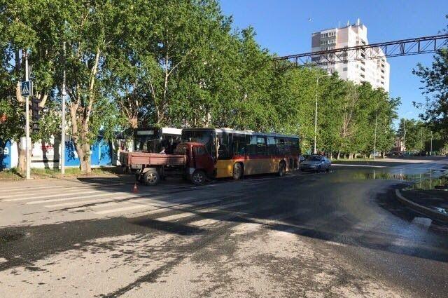 В Тюмени пьяный водитель вырулил на встречку и столкнулся с автобусом