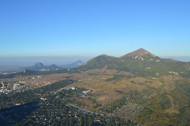 Название горы Бештау переводится с тюркского как пять гор: беш – пять, тау – гора.