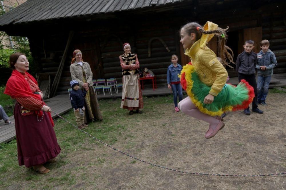Старинные забавы нравятся современным детям.