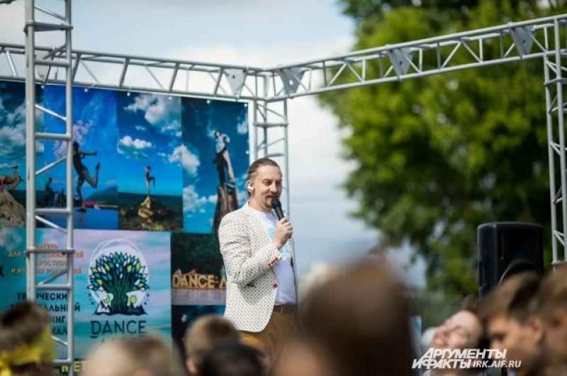 Ведущие подогревали драйв самого большого танцевального класса в истории Иркутска.
