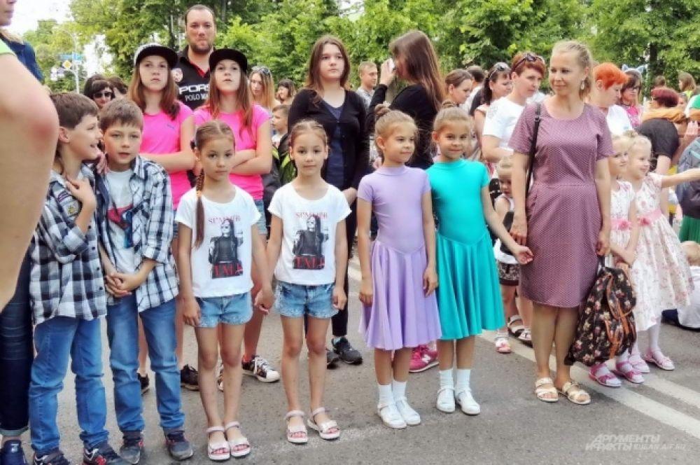 Парад близнецов стартовал у сквера имени Жукова.