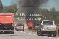От удара машины воспламенились. Для тушения огня на место ЧП прибыли сотрудники пожарной охраны.