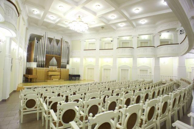 Органный зал Омской филармонии с его прекрасной акустикой только добавит интонаций исполнителям.