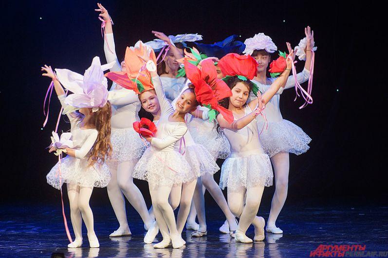 В рамках второго этапа девочки все вместе станцевали общий танец под бурные овации зрителей.