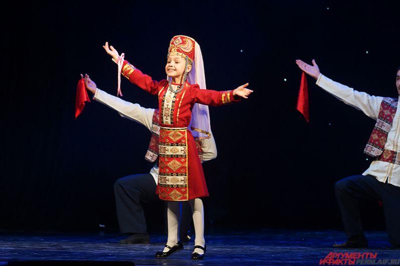 Девочки пели, читали стихи на сцене и исполняли национальные танцы.