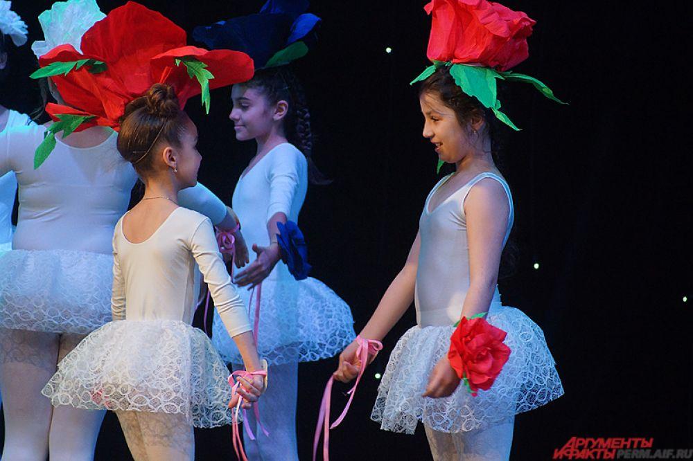 Стартовал конкурс «Маленькая мисс Прикамье» с традиционной «визитки». Пермячки, вышедшие на сцену в белоснежных нарядах, кратко рассказывали о себе, кем они хотят стать в будущем.