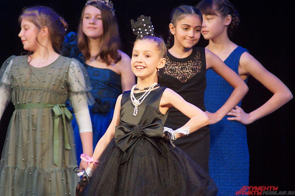 В заключение вечера прошло дефиле. Конкурсантки, переодевшись в красивые платья, прошлись по сцене.