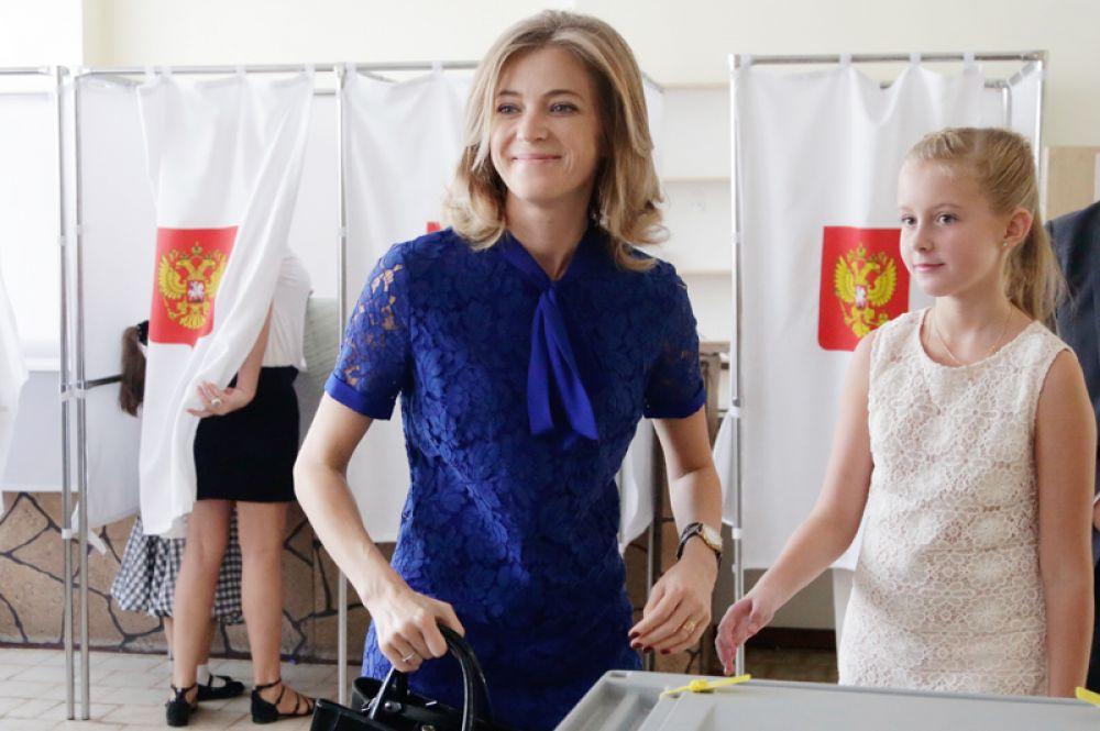 Прокурор Республики Крым Наталья Поклонская с дочерью Анастасией в единый день голосования на избирательном участке в Симферополе. 2016 год.