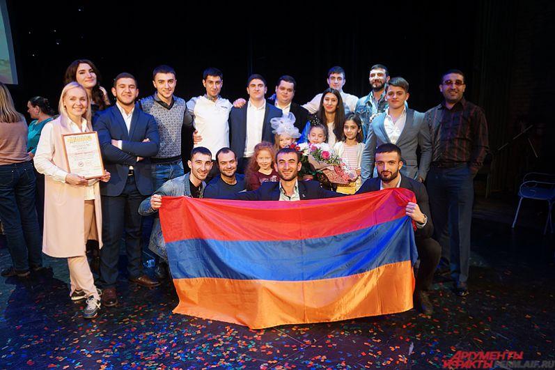 Большая группа поддержки армянской участницы.