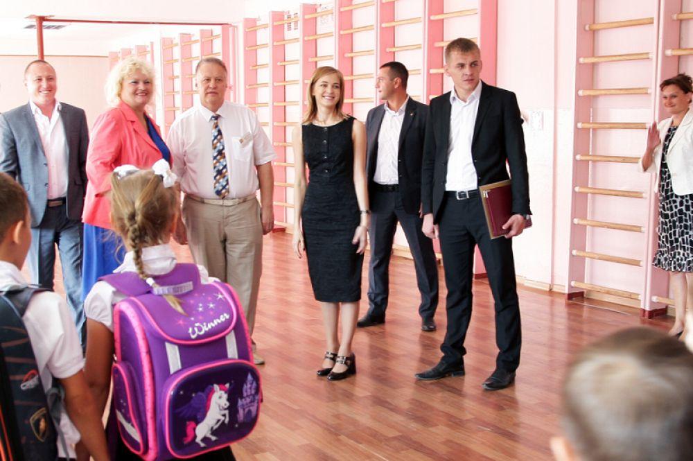 Наталья Поклонская во время посещения гимназии №1 в Керчи. 2016 год.