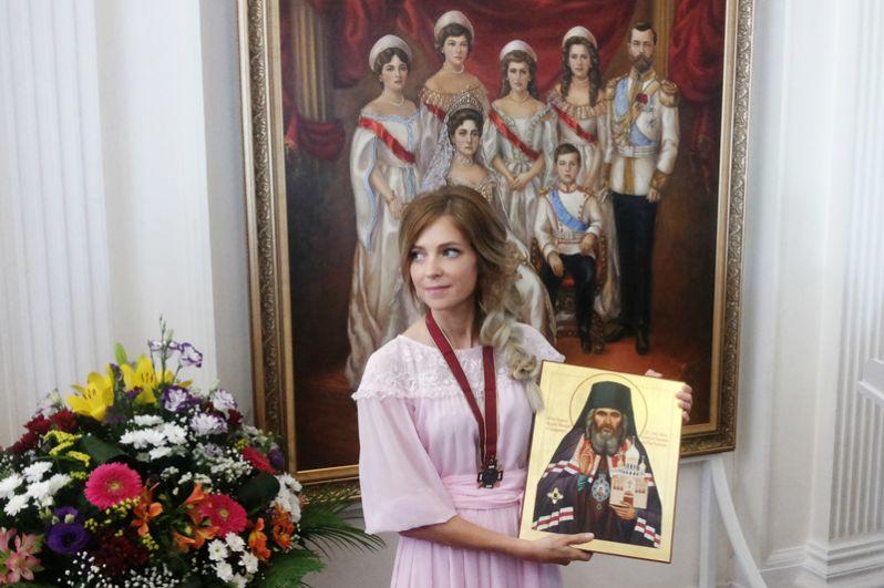 Наталья Поклонская во время передачи в дар Ливадийскому дворцово-парковому музею-заповеднику портрета с изображением императора Николая II и членов его семьи. 2016 год.