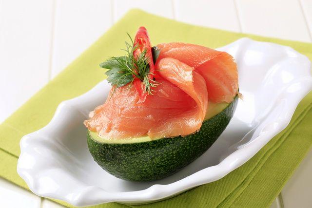 Нежное сочетание авокадо и лосося.