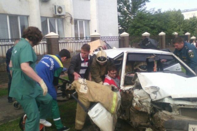 В Оренбурге спасатели вызволили водителя из покореженного в ДТП «ВАЗа»
