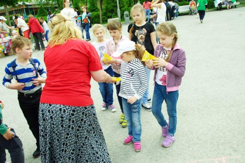 Партнеры праздника щедро угощали детей и взрослых