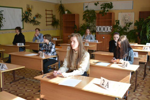 Ямальские девятиклассники сдают экзамен по математике.