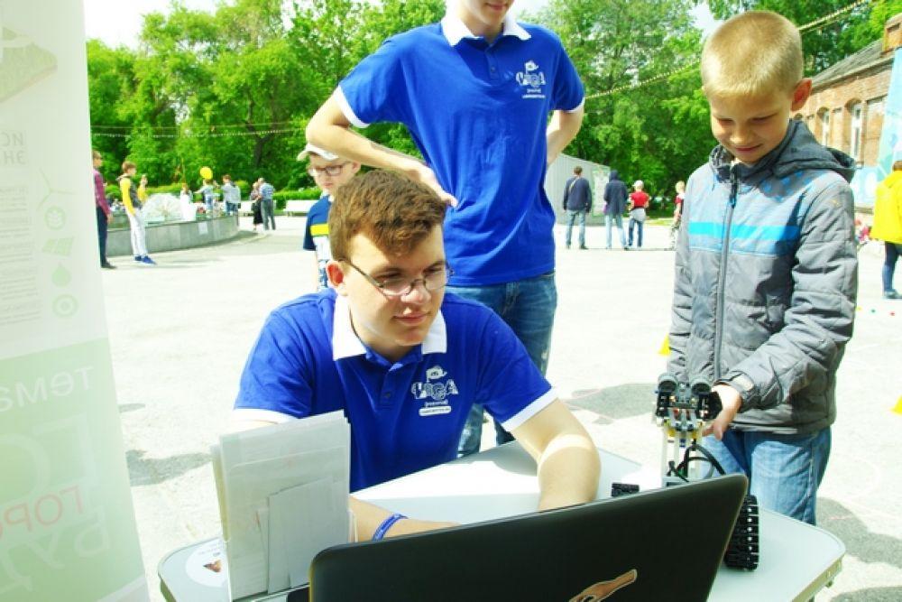Мальчишкам особенно нравилась площадка по робототехнике