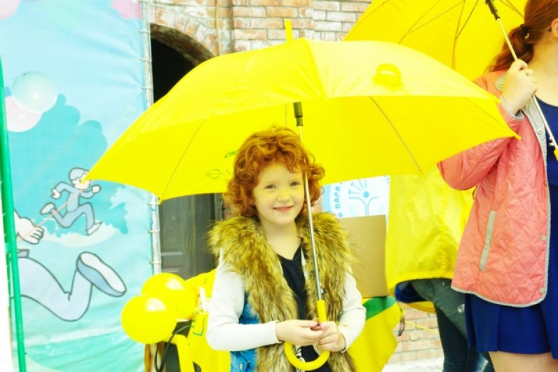 Фотосессия с ярко-жёлтыми зонтиками сети
