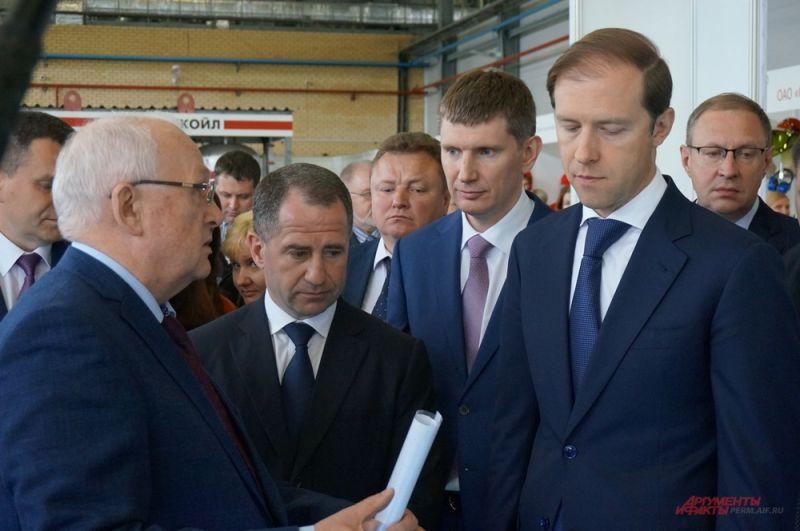 Глава региона Максим Решетников вместе с гостями осмотрел стенды предприятий.