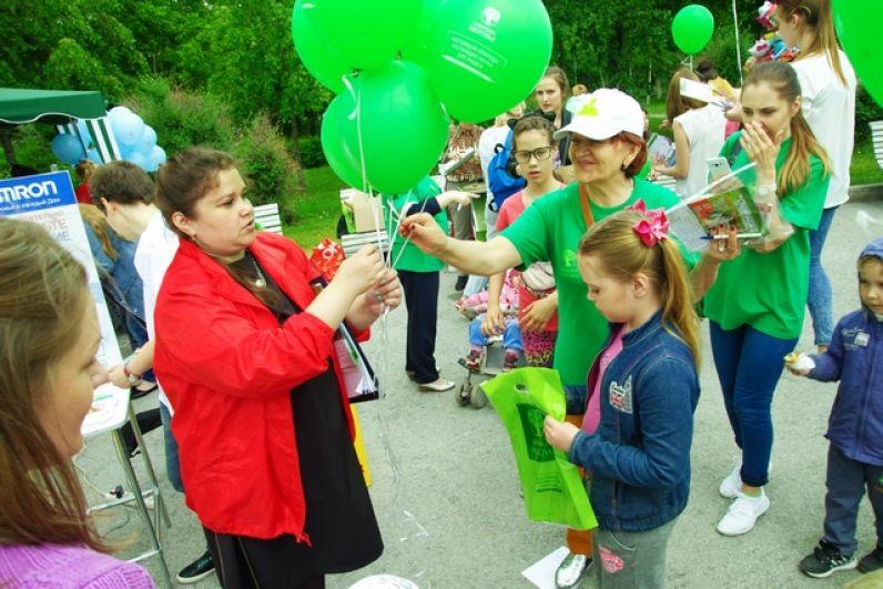Партнер праздника - компания «Сибирское здоровье» угощала детей и взрослых витаминным мармеладом и фруктово-злаковыми батончиками