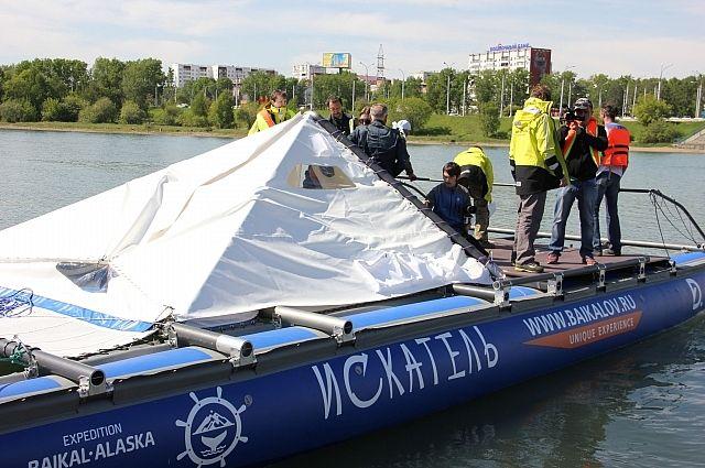 Катамаран «Искатель» стартовал из Иркутска по Ангаре.