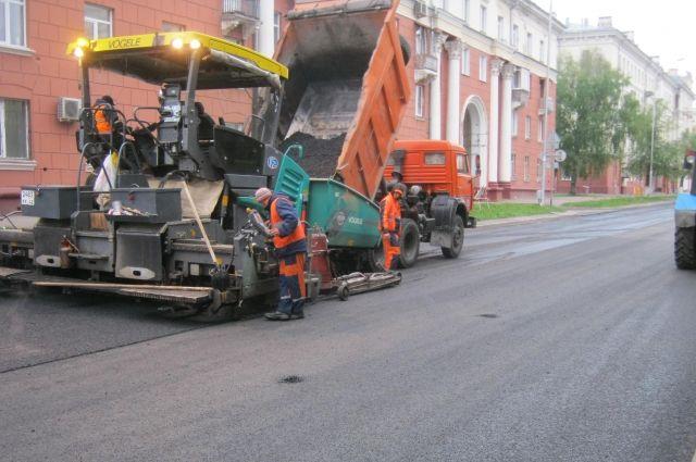 В Кемерове продолжают укладывать новый асфальт.