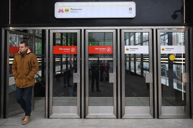 Зачем с дверей в московском метро уберут надписи «вход» и «выход»?
