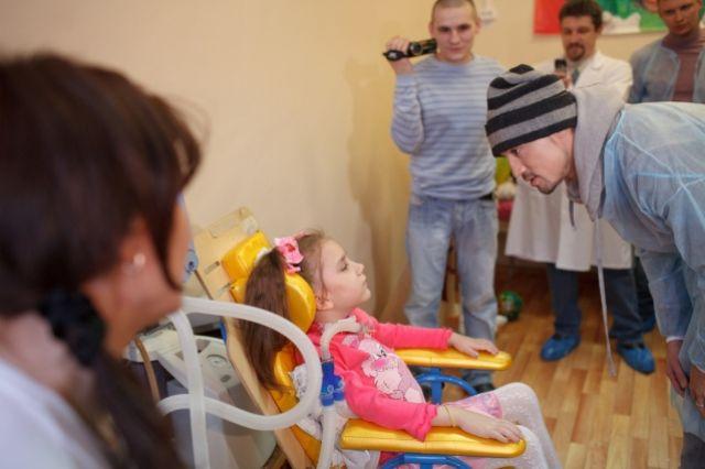 Будучи на гастролях в Перми, Дима Билан навестил в больнице 6-летнюю Алису, которая после ДТП не может ходить