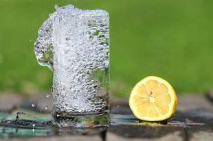 Никакие напитки не заменят обычную воду.