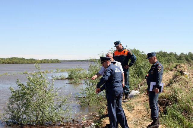 Омским спасателям помогают коллеги из Новосибирской области.