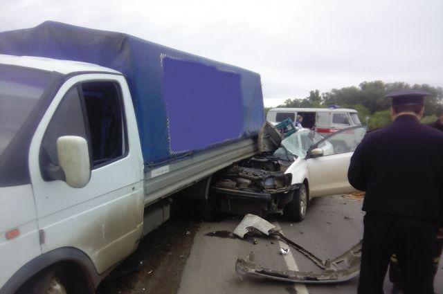 На трассе Оренбург-Самара столкнулись ГАЗель и Volkswagen, погибла женщина