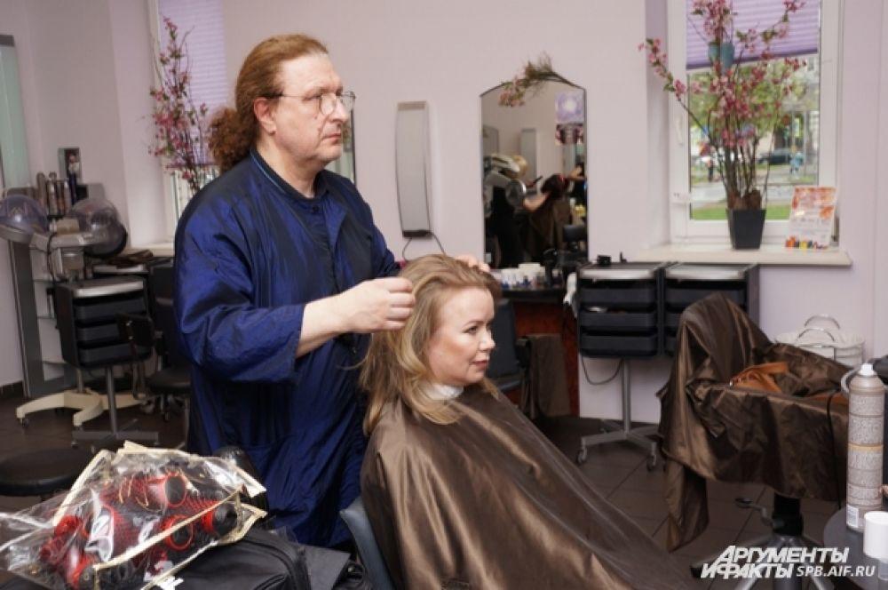 В салоне Василия Захарова петербурженке сделали современную стрижку.